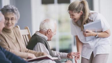 Rentner und Betreuerin